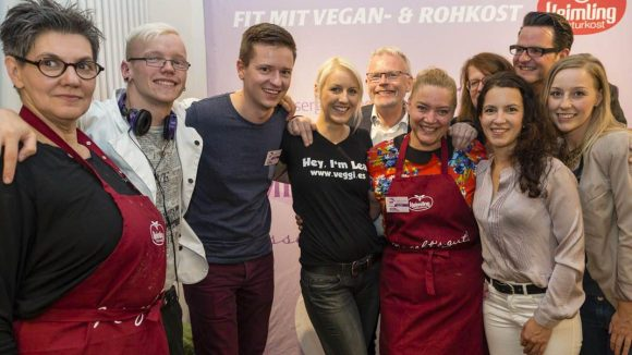 Es herrschte ausgelassene Stimmung beim gesamten Küchenschlacht-Team. In der hinteren Reihe rechts die Jury-MitgliederKirsten Schikiera,Christian Vagedes undNicole Just.
