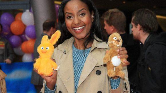 Premieren-Moderatorin Sara Nuru mit den Hauptfiguren des Films.