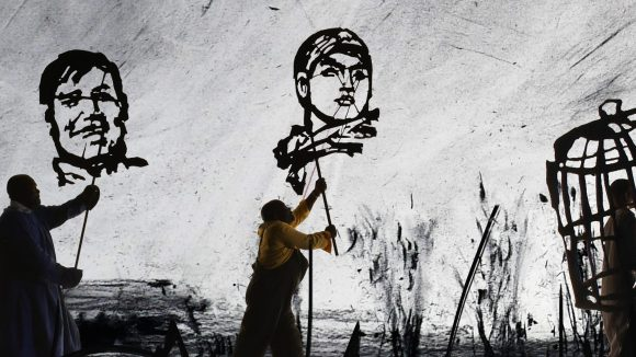 Düster und doch so voller Leben: Die Prozession der Schattenmenschen von William Kentridge