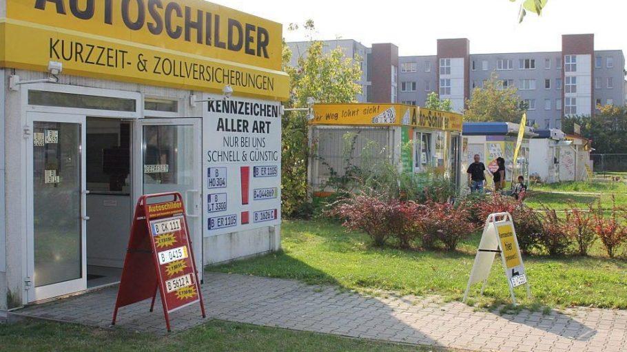 Entlang der Ferdinand-Schultze-Straße, direkt gegenüber der Zulassungsstelle, stehen jede Menge 'Schilderbuden'.