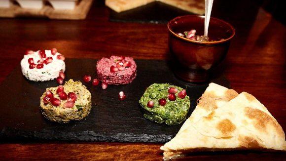 """Lecker hoch vier: Hier georgische Spezialitäten """"Mkhali"""" mit Huhn, Lauch, Roter Bete und Spinat. Dazu unbedingt das warme Käsebrot """"Khachapuri"""" essen."""