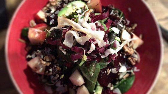 Sieht gesund aus und schmeckt: der Detox Salat.