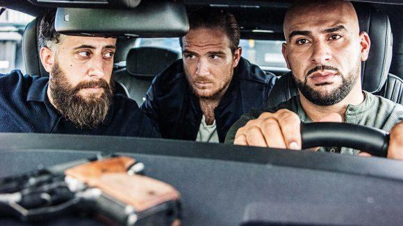 """In einer Szene aus der TNT-Serie """"4 Blocks"""" sitzen vorne die Brüder Toni (Kida Khodr Ramadan) und Abbas (Veysel Gelin) und Tonis Freund aus alten Tagen Vince (Frederick Lau)."""
