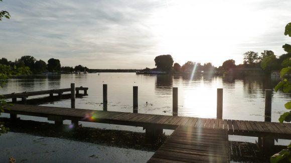 An diesem Steg legen oft verschiedene Boote an, denn ein paar Meter weiter befindet sich der Verleih KanuSport.