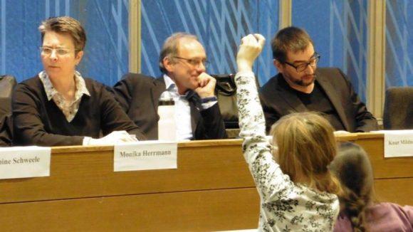 Kinder fragen, Politiker antworten und andersrum. Bezirksbürgermeisterin Monika Herrmann und die Stadträte Peter Beckers und Knut Mildner-Spindler legen sich für die Kinder ins Zeug.