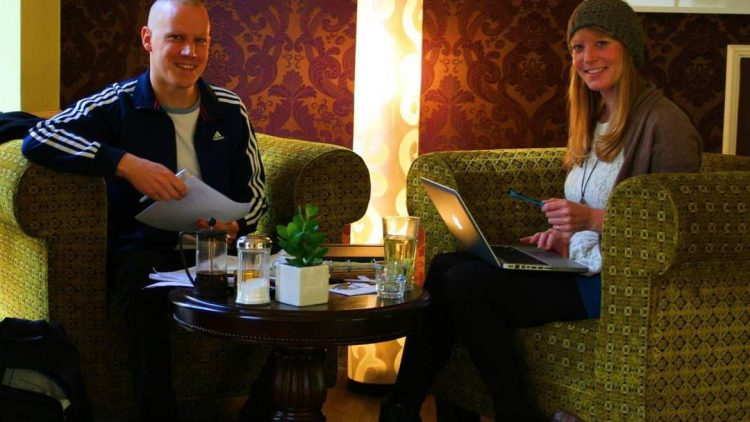 Macher und Moderatoren des Kiezsofas: Simon Akstinat und Nadine Kleifges.