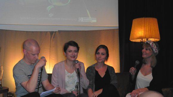 """Die ersten Talkgäste des Abends waren Karolina Vesna (zweite v. l.) und Carlotta-Elena Schulz (zweite v. r.) vom wandernden Nachbarschaftscafé """"Auf halber Treppe""""."""