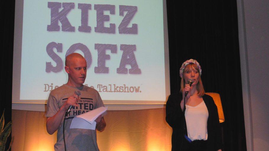 Moderiert wird das Kiezsofa nun schon seit etwas mehr als einem Jahr von Simon Akstinat und Nadine Kleifges. Für die lokale Talkshow ziehen sie im Monatsrhythmus von Stadtteil zu Stadtteil.