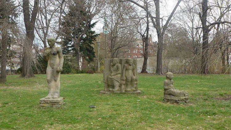 Im Rathauspark Lichtenberg ruhen Skulpturen.