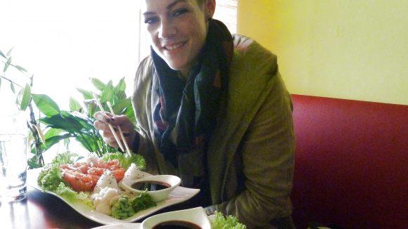 """Lachs Sashimi ist eines ihrer Lieblingsgerichte. Und das Restaurant """"Happy Asia"""" ein echter Geheimtipp."""