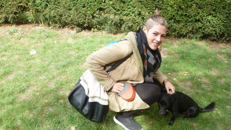Ein Spaziergang durch Friedrichshain mit Saskia Beecks und Pflegehund Wilson.
