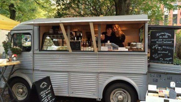 Am Kiezwagen Blank kannst du dir selbst Produkte abfüllen - oder einfach leckeres Bio-Street Food genießen.