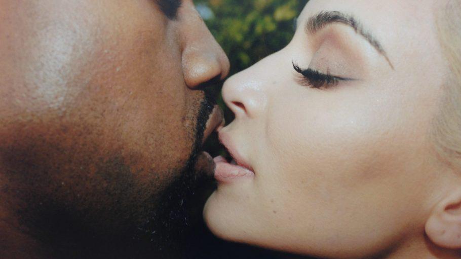 Kim Kardashian und Kanye West küssen sich und Fotograf Juergen Teller hält es fest, in der 2015 entstandenen Serie: Kanye, Juergen & Kim.