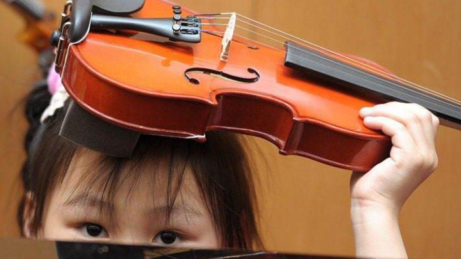 Eine von 166. Junge und etwas weniger junge Orchesterspieler und -spielerinnen bringen den Saal in musikalische Höhen.