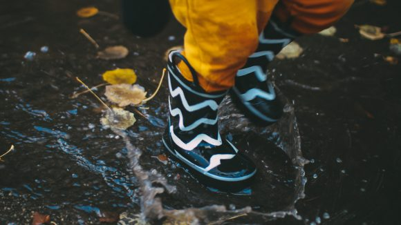 Bei Regen durch Pfützen zu hüpfen macht natürlich auch Spaß.