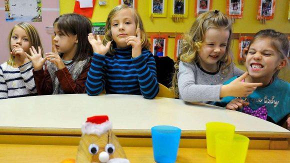 """Kinder der Gruppe 10 der Köpenicker Integrations-Kita """"Hand in Hand"""" beim Singen."""