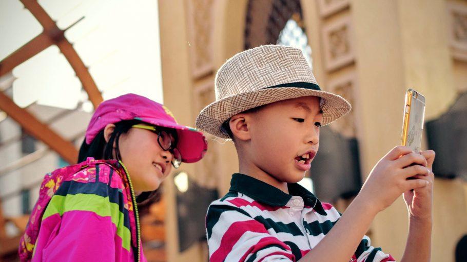 Kinder und Handys: Das Zusammenleben von Nachwuchs und Technik will gelernt sein.
