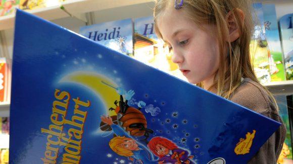 Mädchen liest Buch Peterchens Mondfahrt