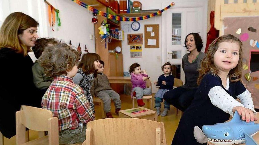 Kinder und Erzieherinnen aus dem Kreuzberger Kinderladen Girotondo.