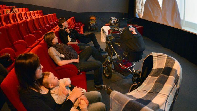 Bei Müttern und Babys gleichermaßen beliebt: Filmvorführungen im Babylon Mitte.