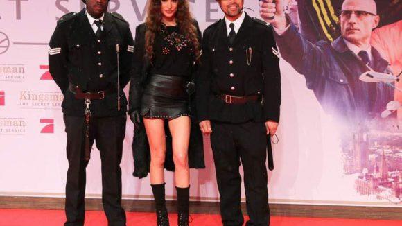 Einige beinahe echte Bobbys waren vor dem Cinestar im Einsatz. Hier 'beschützen' sie Model und Matthäus-Ex Joanna Tuczynska.