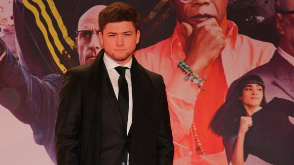 """Auch der junge (Anti-)Held des Films, Taron Egerton, war bei der """"Kingsman""""-Premiere dabei."""
