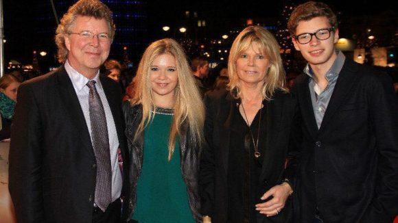 Hat den Zoo Palast wiederbelebt: Kinobetreiber Hans-Joachim Flebbe mit seiner Frau Rita und den Kindern Farina und Tom.