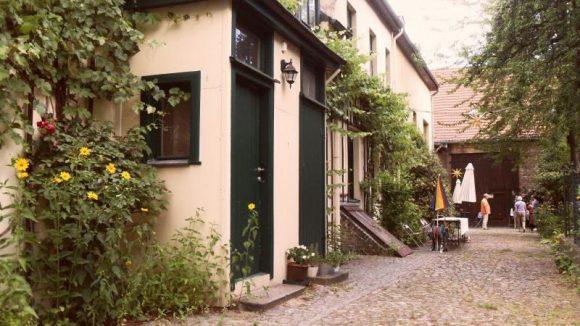 Wie aus einer anderen Zeit: Garten und Hof von Beate Motel.