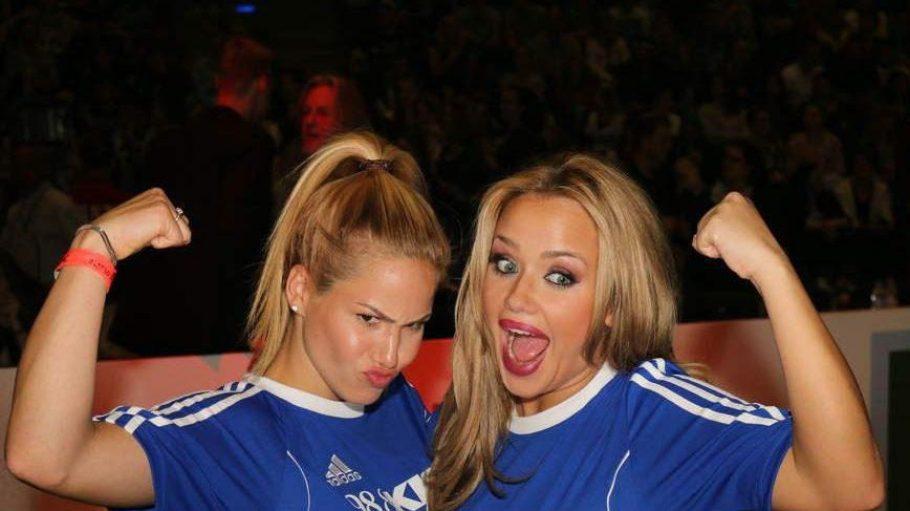 """Die Reality-Beautys Kim Gloss (rechts, DSDS) und Angelina Heger (Bachelor) fühlten sich beim Kiss Cup in der Max-Schmeling-Halle unbesiegbar. Beide Dschungelcamp-Kandidatinnen ließen ihre Muckis im Team """"Starstrikers"""" spielen."""