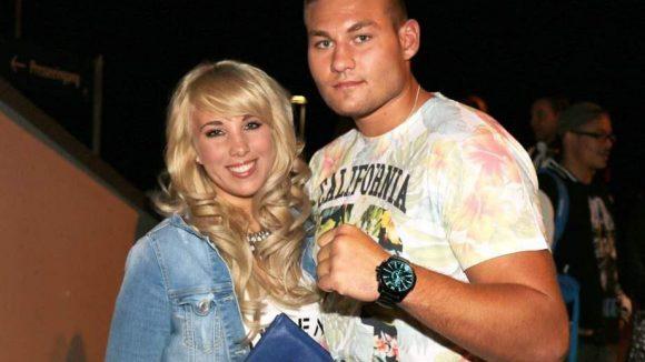 Und auch Sängerin Annemarie Eilfeld ließ sich das Sportevent nicht entgehen. Nicht nur an diesem Abend an ihrer Seite: Freund und Schwergewichtsboxer Tom Schwarz.