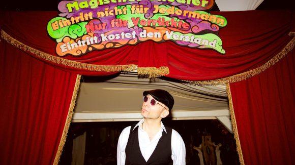 """""""Magisches Theater. Eintritt nicht für Jedermann. Nur für Verrückte. Eintritt kostet den Verstand."""""""