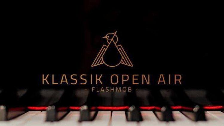 Das junge Sinfonieorchester Berlin holt heute die Instrumente am Pool raus, beim Flashmob im Haubentaucher in Friedrichshain.