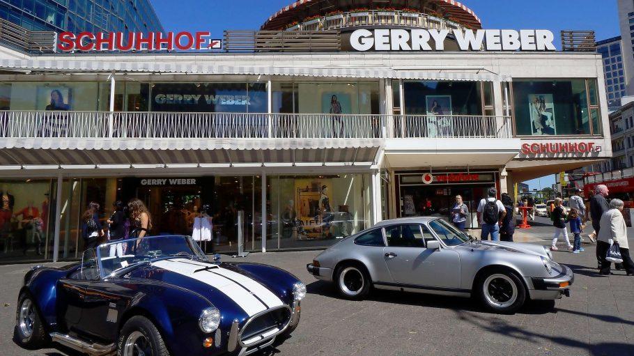 """Klassiker der Automobilgeschichte. Eine AC Cobra (links) und ein silberner alter Porsche werben vor dem Neuen Kranzler-Eck für die """"Classic Days Berlin""""."""