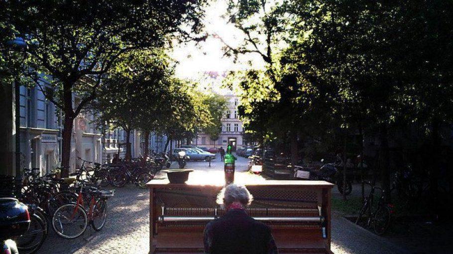 """Man nennt ihn nur den """"Klavier-Helmut"""". Im Sommer zieht er mit seinem Klavier auf Rollen durch die Straßenzüge und gibt kostenlose Konzerte für die Passanten. Hier in der Solmsstraße, Ecke Riemannstraße."""