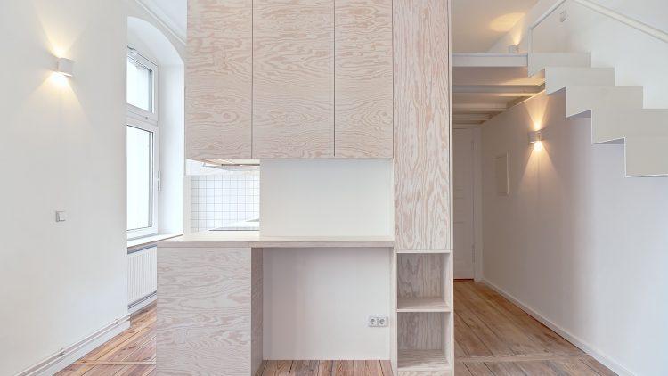 Kleine Berliner Wohnung mit weißen Möbeln und Holzboden