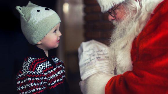 Wo wohnt denn nun der Weihnachtsmann? Natürlich im Himmelpfort, wo er mit seinen Engeln Briefe und Wunschzettel beantwortet.