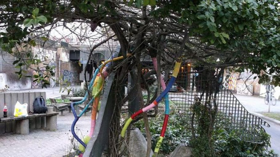 Hübsch: Dieser Baum hat einen bunten Schmuck bekommen.
