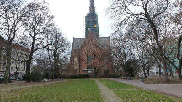 Der Parkabschnitt zwischen Heilandskirche und Stromstraße wurde bereits letztes Jahr fertiggestellt. Nun wird allerdings die Kirche selbst saniert.