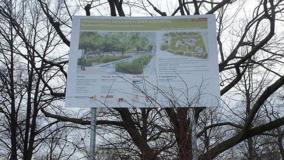 Auf dem Schild ist zu sehen, wie der östliche Kleine Tiergarten einmal aussehen soll.