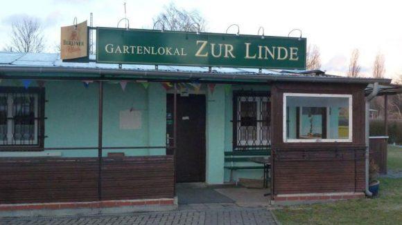 """Der erste Spatenstich für das Vereinsheim der Kleingartenanlage """"Zur Linde"""" wurde im Jahr 1952 getan. Vier Jahre lang legten die Kleingärtner dort selbst Hand an."""