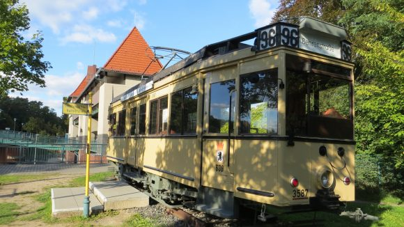 Man ist stolz auf seine Geschichte: Ein historischer Straßenbahnwagen erinnert an der Schleuse an die Verkehrsanbindung Kleinmachnows an die Großstadt.