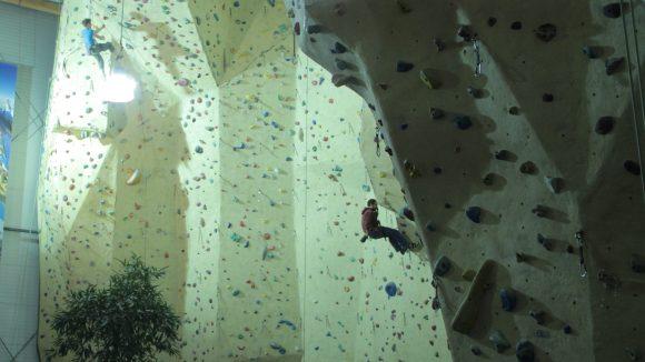 Am besten zu zweit: In der Kletterhalle Magic Mountain im Wedding treffen sich jede Woche am Montagabend Hobbysportler, die einen Kletterpartner suchen.