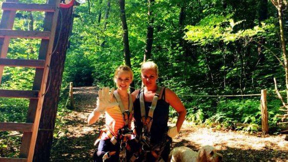 Gerlinde (r.), ihre Freundin Nora und Hund Miley.