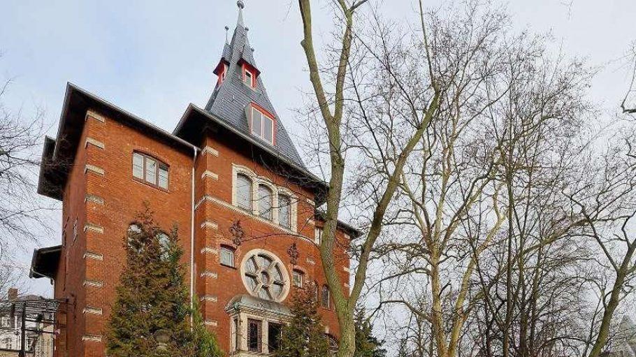 In der Klinkersteinvilla an der Wissmannstraße 11 wohnte einst die deutsch-jüdische Familie Barasch. Den Garten rechts davon will ein Investor bebauen.
