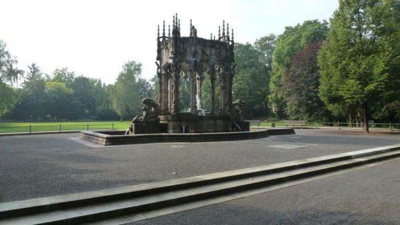 Der Märchenbrunnen im Schulenberg-Park. Jugendstil wird hier mit gotischen Elementen verbunden.