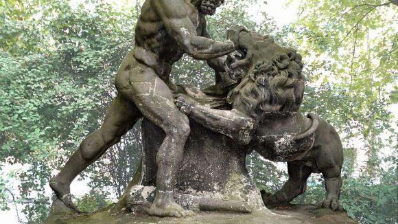 """Eines der Kunstwerke im Köllnischen Park, das restauriert werden soll: """"Herklues, den Nemëischen Löwen bezwingend""""."""