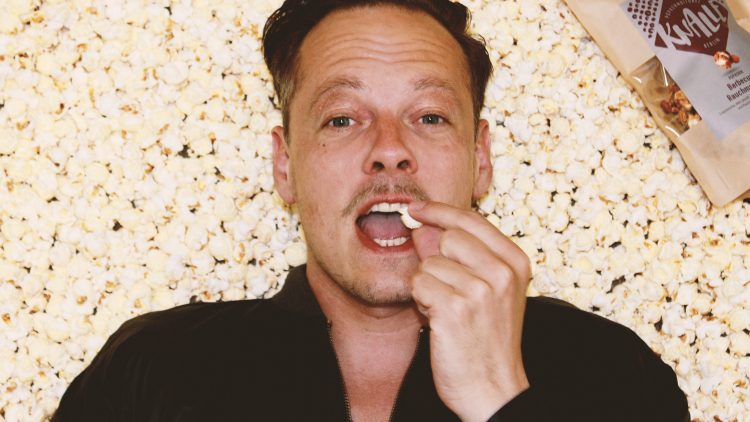 Um die leckeren Knalle-Sorten zu knuspern, musst du nicht im Kinosessel sitzen. Die Couch oder das Popcornbett sind auch super!