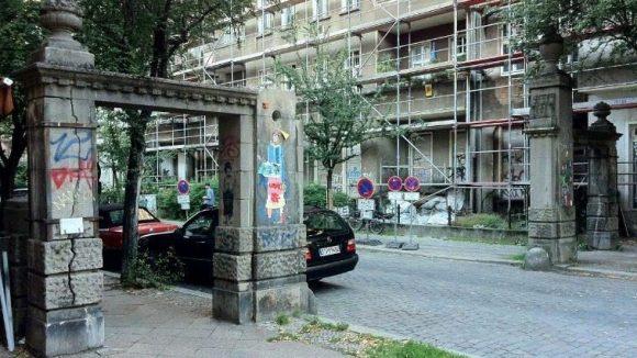 Wer hätte gedacht, dass die zwillingshaften Straßeneingänge so eine bewegte Geschichte hinter sich haben? Die Stahlklammern wurden in der DDR um die Torbögen gelegt, weil sie schon damals zu bröckeln gegannen.