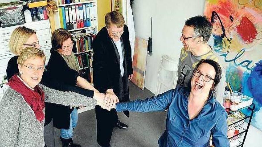 Zusammenhalten. Künstler des Atelierhauses an der Sigmaringer Straße in Wilmersdorf und Unternehmerinnen des dortigen Gründerinnenzentrums UCW wollen ihr Domizil nicht verlassen. Bernhard Kotowski vom Künstlerverband bbk (Mitte) unterstützt sie.