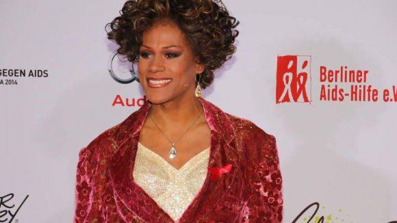 Travestie-Star Ikenna Beney Amaechi trat in ihrer Paraderolle auf: Als Imitatorin von Whitney Houston, der sogar der Fernsehsender CNN schon auf den Leim ging.